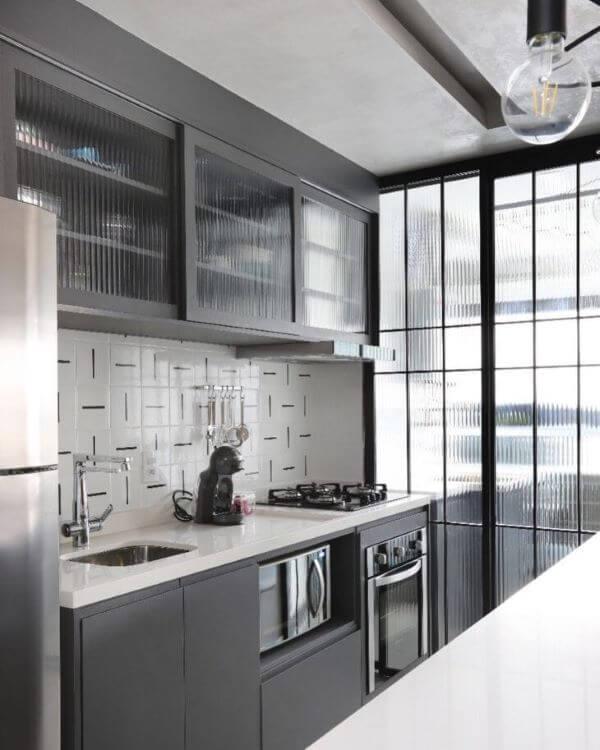 Cozinha com armário de vidro canelado