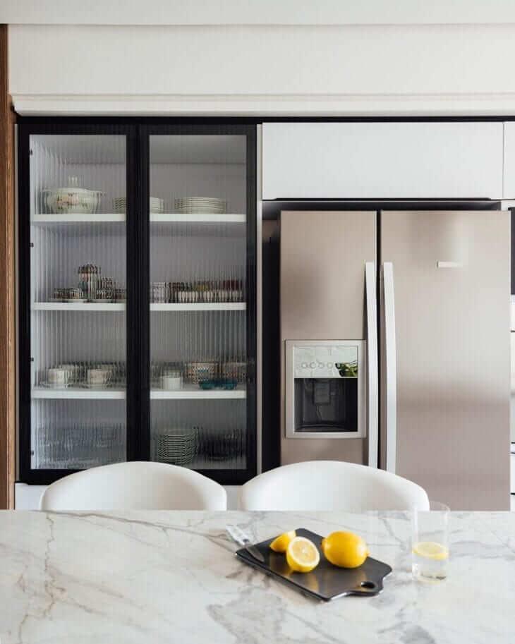 Cozinha moderna com armário de vidro para porcelanatos