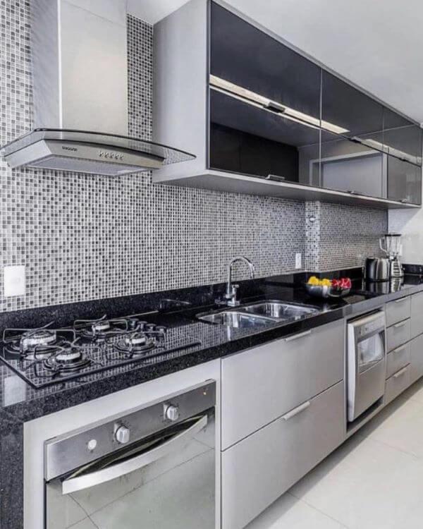 Cozinha moderna com armário de vidro preto