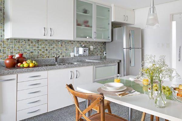 Cozinha pequena com armário de vidro e bancada de granito cinza