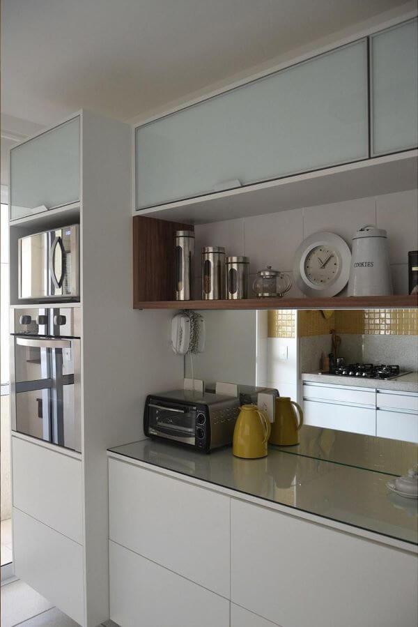 Decoração com armário de vidro e nicho pratico para organizar temperos