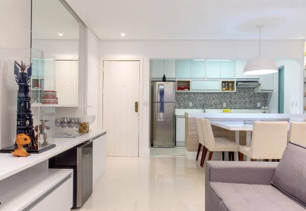 Decoração de cozinha americana com armário de vidro