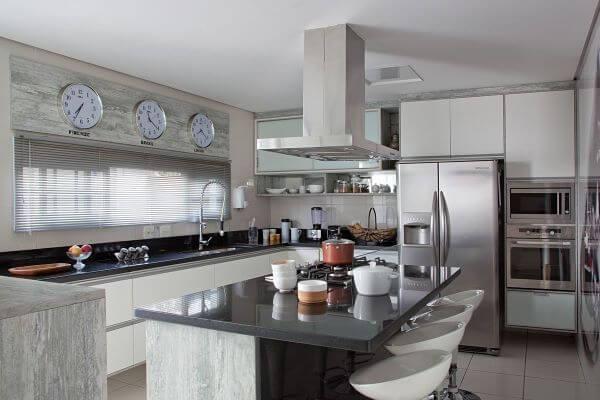 Decoração de cozinha moderna com armário de vidro