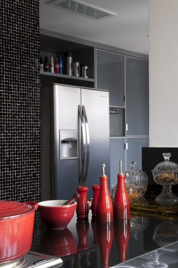 Cozinha com porta de vidro e pastilhas pretas