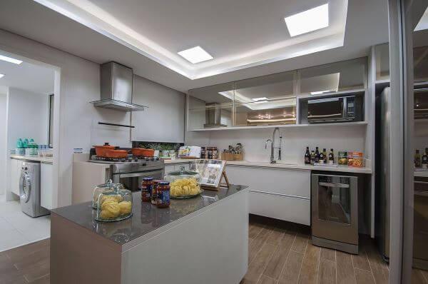 Cozinha branca com armário de vidro reflecta