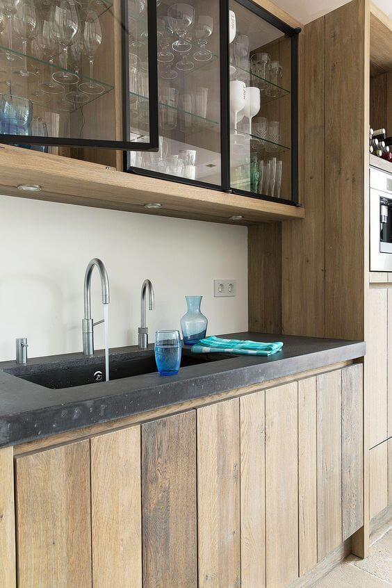Cozinha de madeira com armário aéreo de vidro