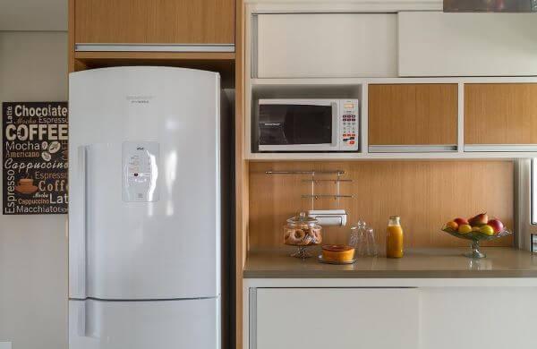 Cozinha planejada com bancada de quartzo bege