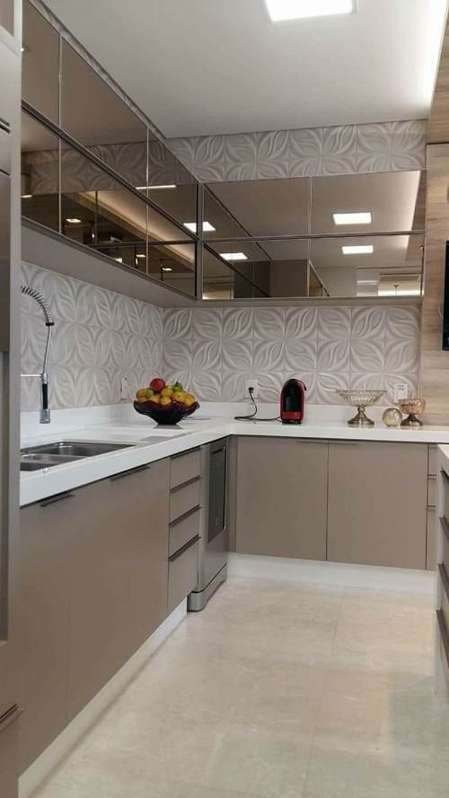 Armário de cozinha espelhado com bancada de quartzo