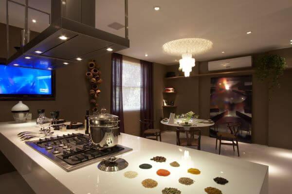 Bancada de quartzo branca para cozinha com ilha gourmet