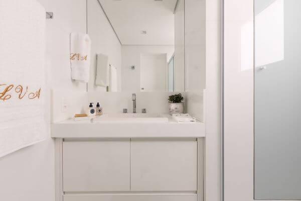 Bancada de quartzo branco para banheiro minimalista