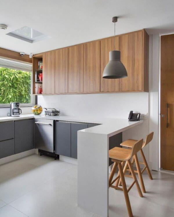 Bancada de quartzo com banquetas de madeira na cozinha moderna