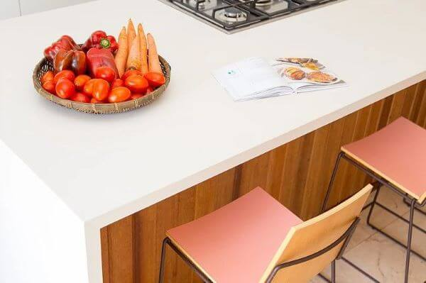 Bancada de quartzo na cozinha moderna