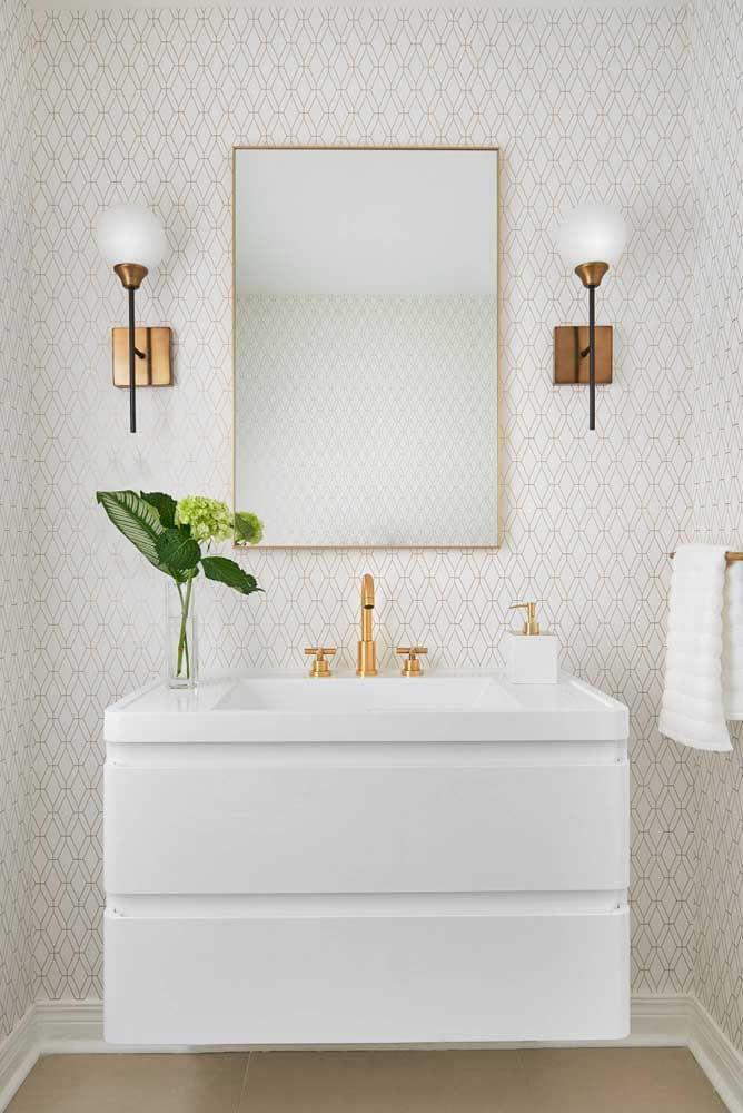 Banheiro com bancada de quartzo branca e papel de parede chique