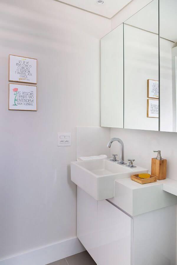 Banheiro com bancada de quartzo pequena