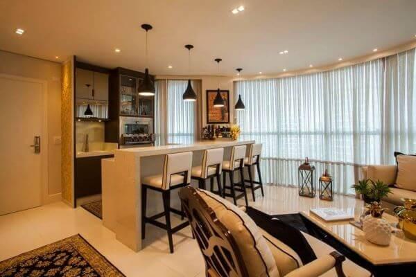 Casa conceito aberto com bancada de quartzo e banquetas para refeições