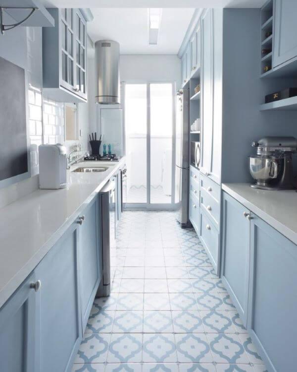 Cozinha azul clara com bancada de quartzo branco