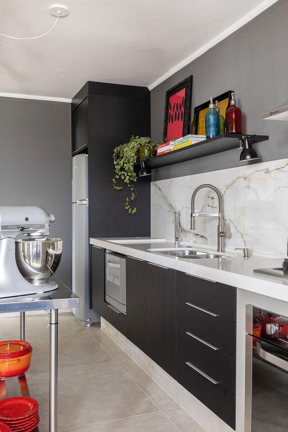 Cozinha cinza com bancada de quartzo branca e balcão de inox