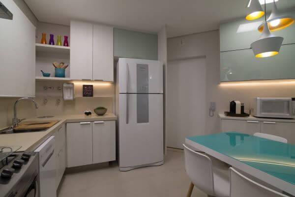 Cozinha clean com toques de cor azul e bancada de quartzo