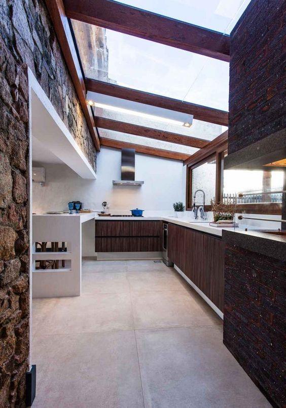 Cozinha com bancada de quartzo branco e armários de madeira