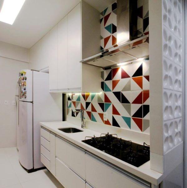Cozinha com bancada de quartzo branco e parede colorido