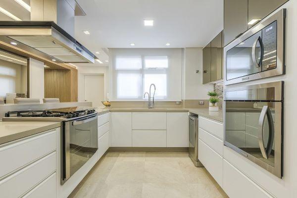 Cozinha com bancada de quartzo em u na cor bege