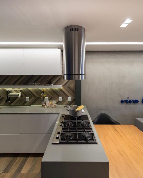 Cozinha cinza com bancada de quartzo e cooktop