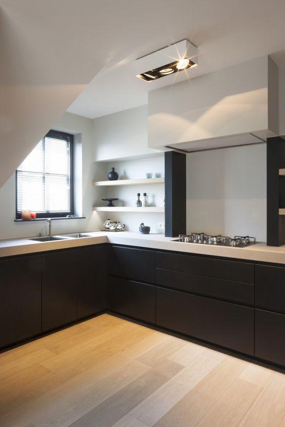 Cozinha em l com bancada de quartzo branco e armários pretos
