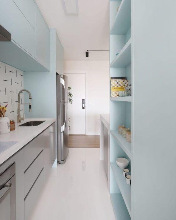 Cozinha em tons claros com bancada de quartzo branco e armários cinza claro