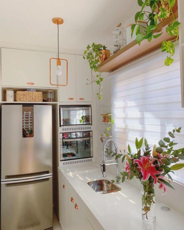 Cozinha pequena com bancada de quartzo e pia pequena