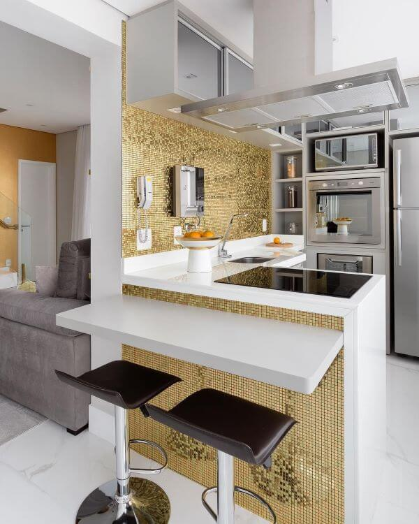 Cozinha pequena com bancada de quartzo em L e banquetas