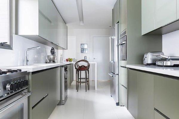 Cozinha verde com bancada de quartzo branco