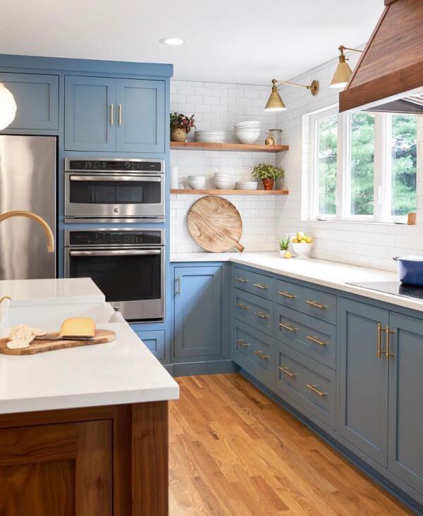Decoração de cozinha com bancada de quartzo branco