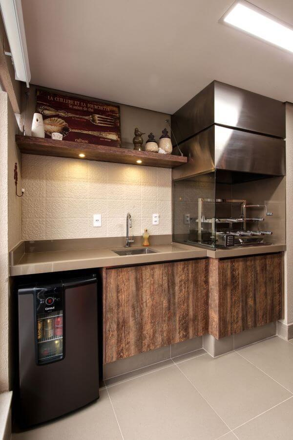 Área de churrasqueira com bancada de quartzo bege