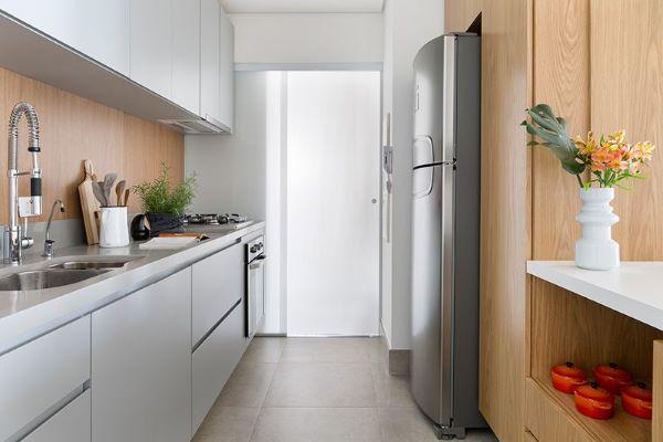 Cozinha pequena e planejada com bancada de quartzo cinza e armários da mesma cor
