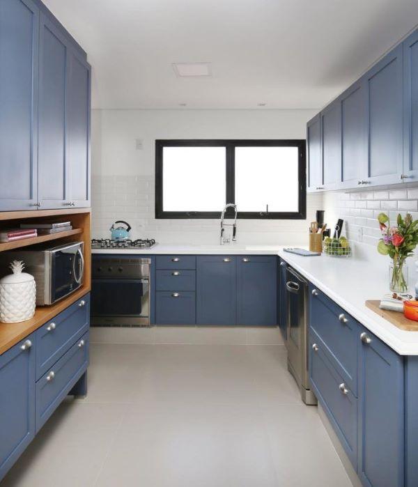 Cozinha azul com bancada de quartzo branca