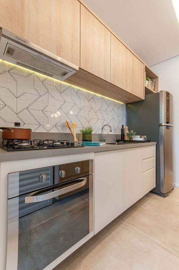 Decoração de cozinha pequena com bancada de quartzo cinza