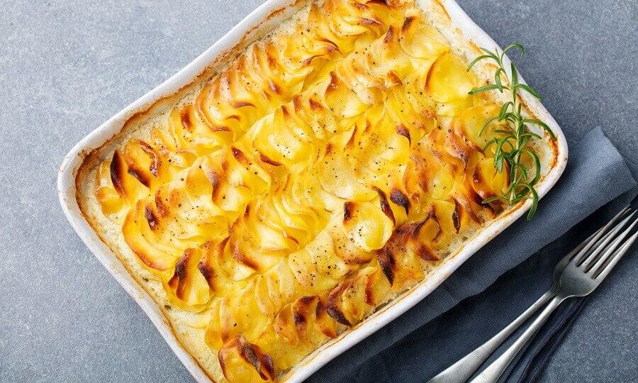 Como fazer batata gratinada com queijo Foto iStock