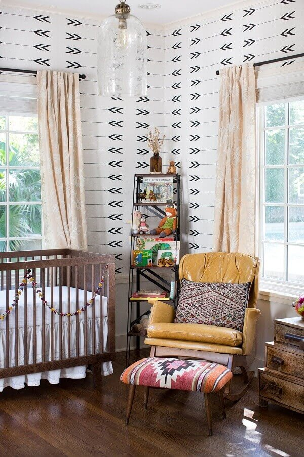 Berço de madeira e poltrona amarela para decoração de quarto de bebe simples Foto Apartment Therapy