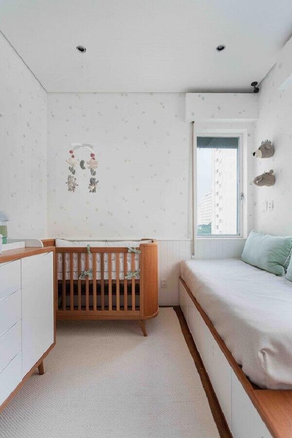Berço de bebê de madeira para quarto branco decorado com cama planejada Foto Duas Arquitetura