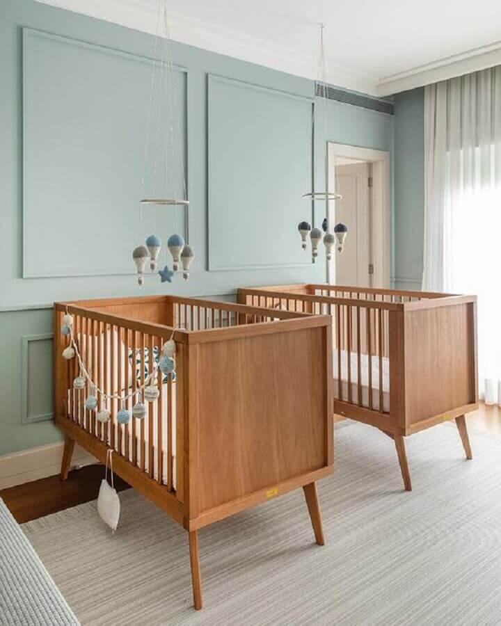 Berço de bebê de madeira para quarto de gêmeos decorado com parede azul claro Foto Triplex Arquitetura
