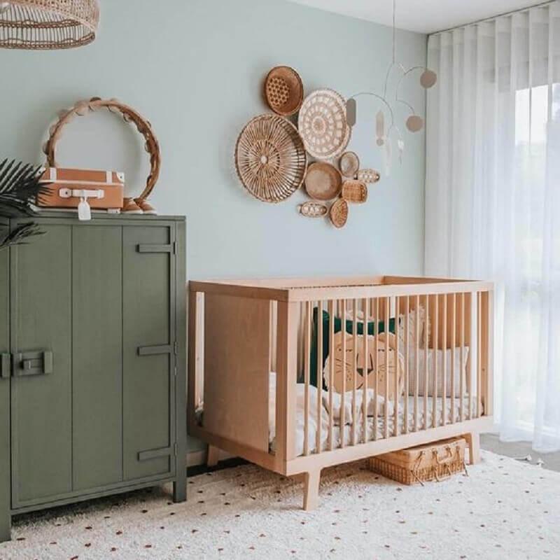 Berço de bebê de madeira para quarto simples decorado com parede azul claro e armário antigo Foto DecoIdeas