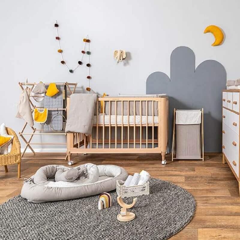 Berço de bebê de madeira para quarto simples decorado com tapete redondo cinza Foto Baby Bedding Design