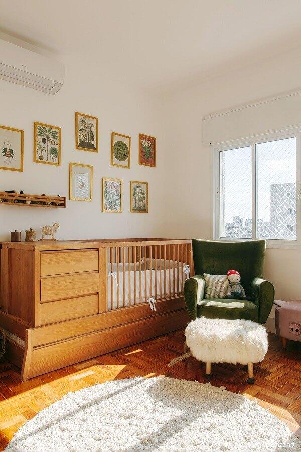 Berço de madeira com gaveta e trocador para decoração de quarto de bebê com poltrona verde Foto Luiza Florenzano