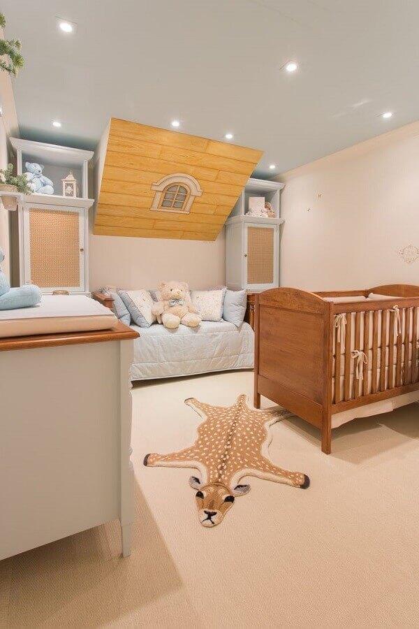 Berço de madeira e tapete de girafa para decoração de quarto de bebê planejado Foto By Kami