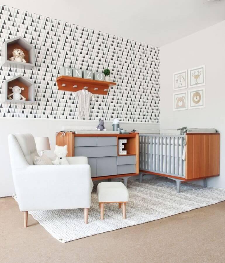 Berço de madeira para decoração de quarto de bebê com papel de parede preto e branco Foto Oficina da Roca