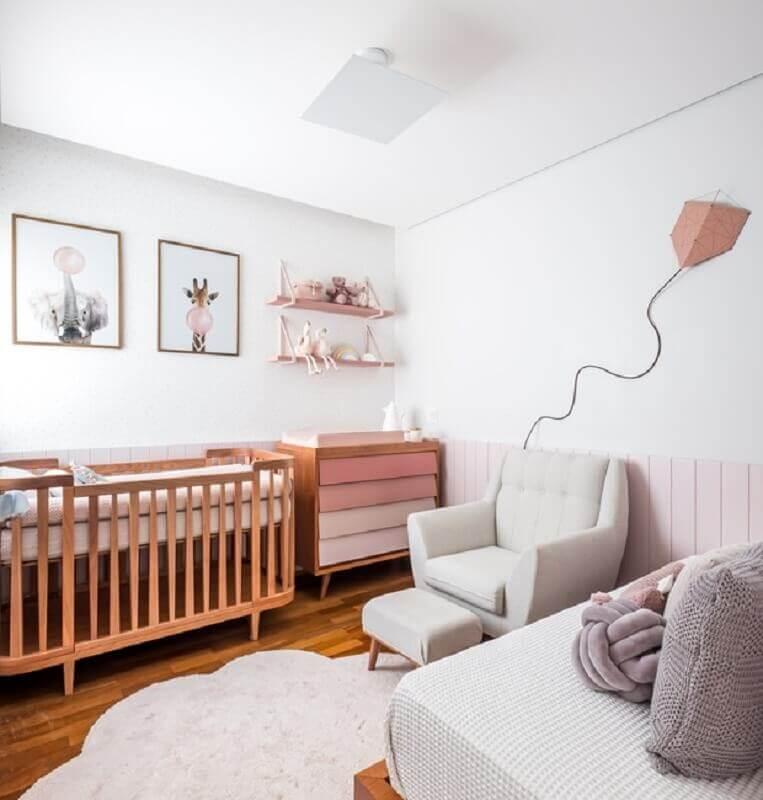 Berço de madeira para quarto de bebê branco decorado com cômoda com gavetas cor de rosa Foto Nathalie Artaxo