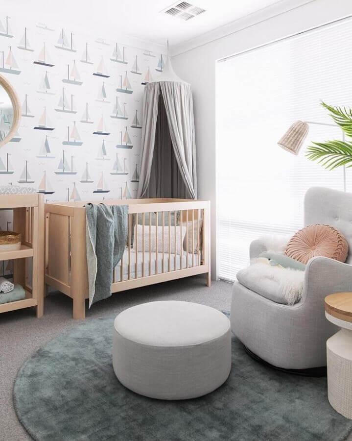 Berço de madeira para quarto de bebê cinza e branco moderno decorado com papel de parede de barquinhos Foto Tarina Wood