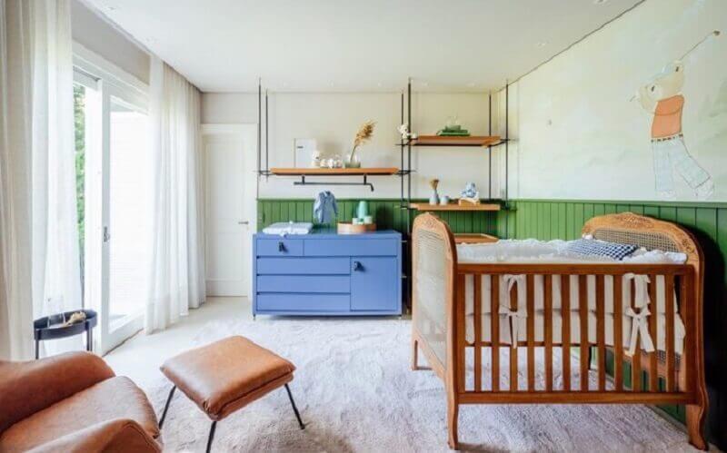 Berço de madeira simples para quarto de bebê decorado com cômoda azul e meia parede verde Foto Greisse Panazzolo
