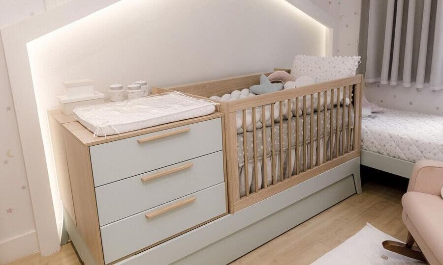 Decoração clean para quarto de bebe com berço de madeira com gaveta