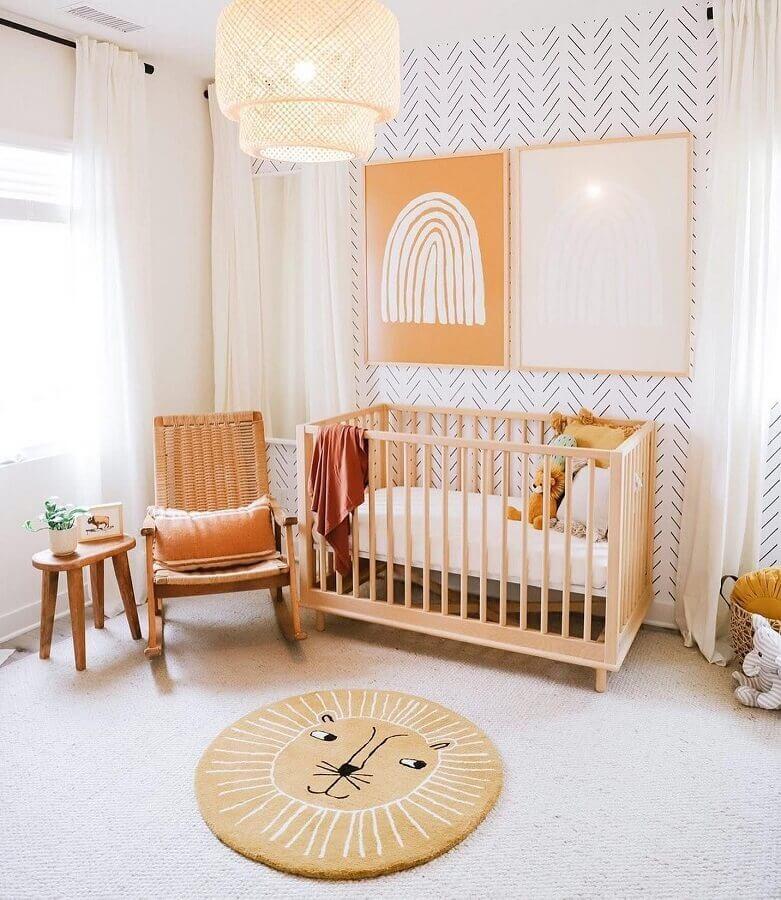 Decoração clean para quarto de bebê com berço de madeira e cadeira de balanço Foto DilmareDesign